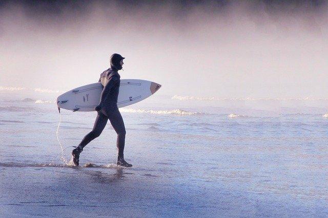 【サーフィン】冬の寒さ対策アイテム8選|身体を温めて楽しく波乗りしよう